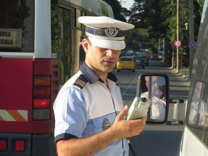 Șoferul unui microbuz a produs un accident și, fiind băut, a fugit de la locul faptei
