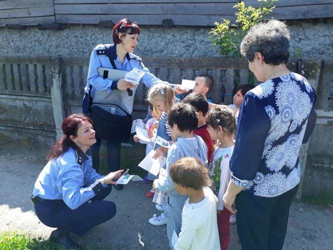 Dacă e luni, poliţiştii vorbesc copiilor