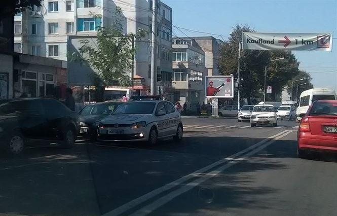 Motociclist acrosat de un autoturism pe strada 1 Decembrie
