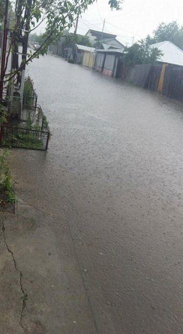 Inundatii in urma ploilor torentiale in cartierele brailene