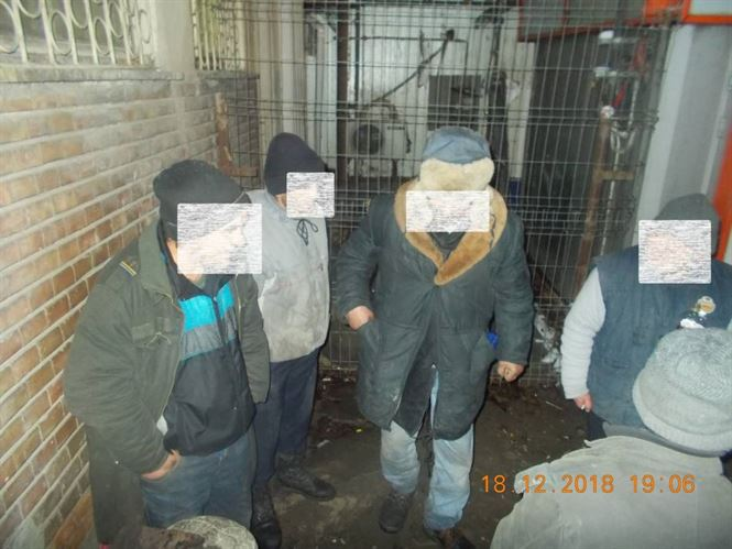 Băută în scara blocului și gunoi aruncat pe domeniu public sancționate de Poliția Locală