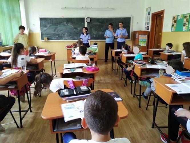 Polițiștii brăileni în mijlocul elevilor înaintea vacanței de vară