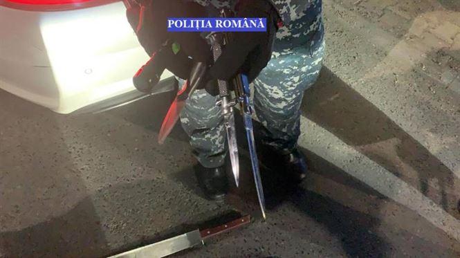 Cuțite, macetă și cozi de târnocop găsite de polițiști în două autoturisme