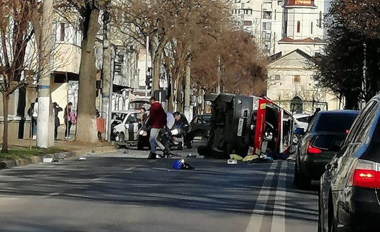 Ambulanță SMURD lovită în spate și răsturnată pe strada Școlilor