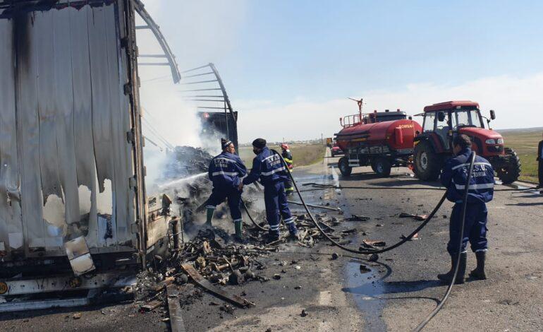 Un TIR încărcat cu piese auto a luat foc