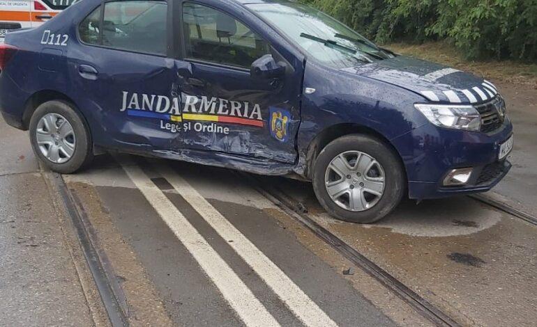 Autospecială a Jandarmeriei implicată într-un accident. Doi jandarmi răniți