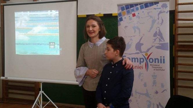 Diana Mocanu intampinata cu entuziasm de elevii de la scoala I. L. Caragiale