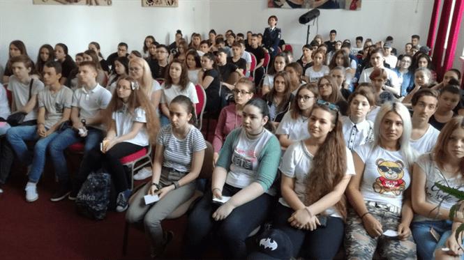 Prevenirea traficului de persoane-tema discuţiilor dintre poliţişti şi elevi din prima zi a Săptămânii Prevenirii Criminalităţii