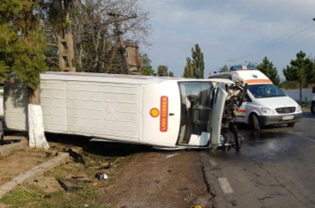 Accident între un autoturism și o dubiță în apropiere de Primăria Gradiștea