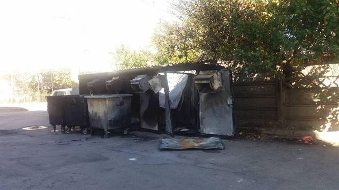 Trei module de colectare selectivă a gunoiului incendiate azi noapte