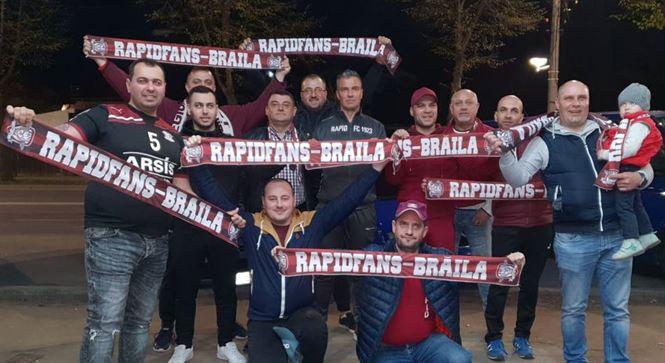 Jucătorii de la Rapid București întâmpinați de un grup de fani brăileni