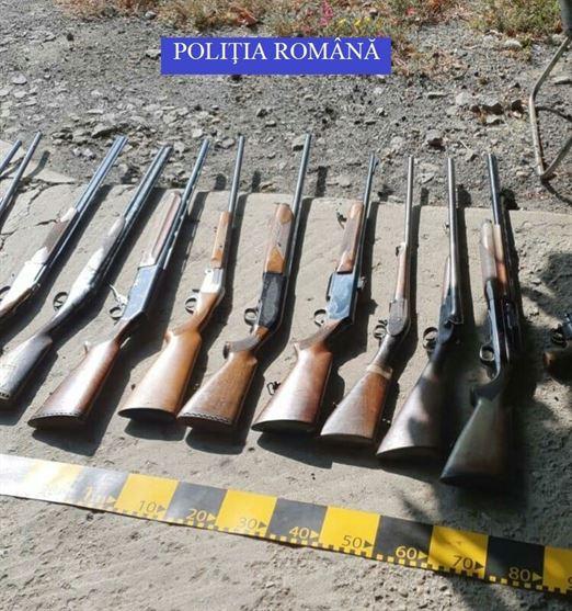 11 arme de vânătoare deținute ilegal, depozitate la domiciliul unui bărbat din județul Brăila