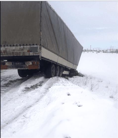 Un ansamblu de vehicule a derapat și a blocat traficul pe DN 21