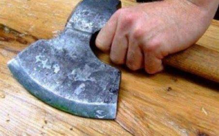 Cercetat penal pentru amenințarea cu toporul a doi brăileni