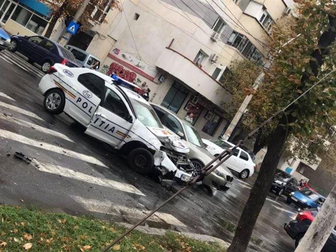 Mașină a poliției implicată într-un accident pe strada Școlilor