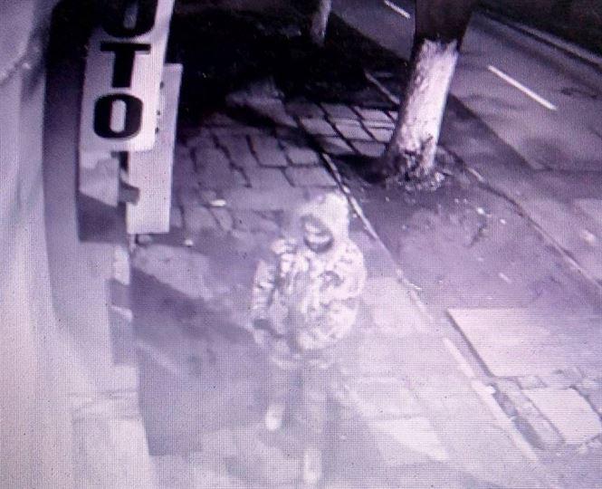 Video: A forțat ușa de la intrarea într-un centru foto, dar a rămas cu clanța în mână