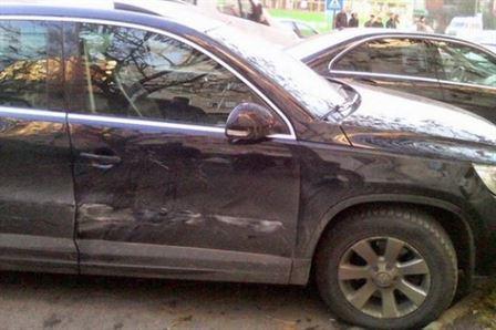 A lovit doua masini stationate si un cetatean aflat langa unul dintre autoturisme