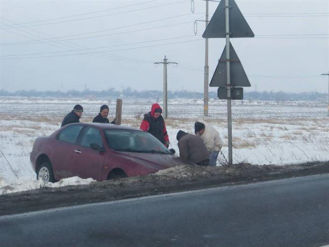 A rasturnat o masina in sant si a parasit locul accidentului
