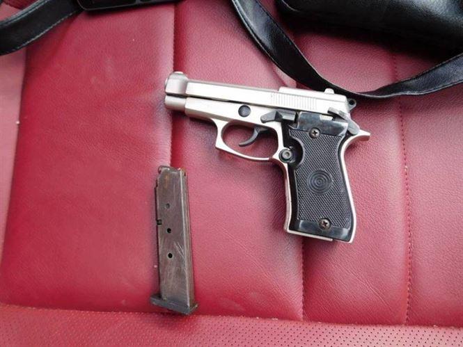 Armă neletală, deținută ilegal, depistată de polițiștii brăileni în mașina unui gălățean