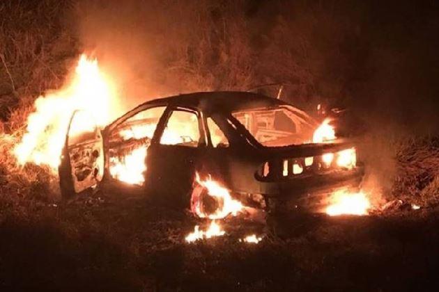 Au intrat in curtea unui consatean si i-au dat foc autoturismului