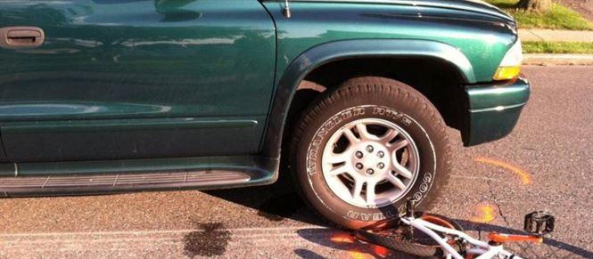 Biciclist baut a intrat in coliziune cu un autoturism