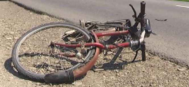 Biciclist beat a intrat intr-o masina parcata