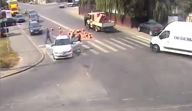 Caramizi cazute dintr-o camioneta pe strada Comuna din Paris