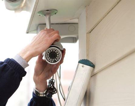 Cercetati pentru furtul a 4 camere de supraveghere de pe fatada unei case