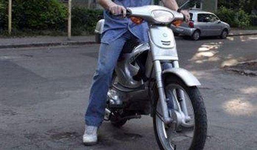 Conducea un moped neînmatriculat fără a deține permis de conducere