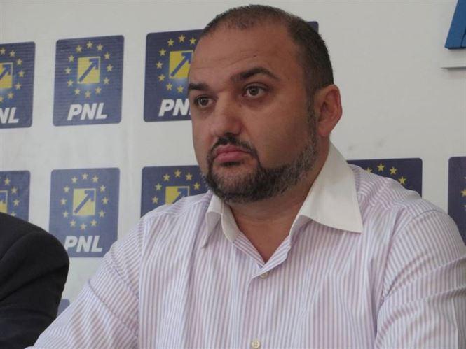 Marian Sirbu nu vede cu ochi buni asfaltarea promisa de primar