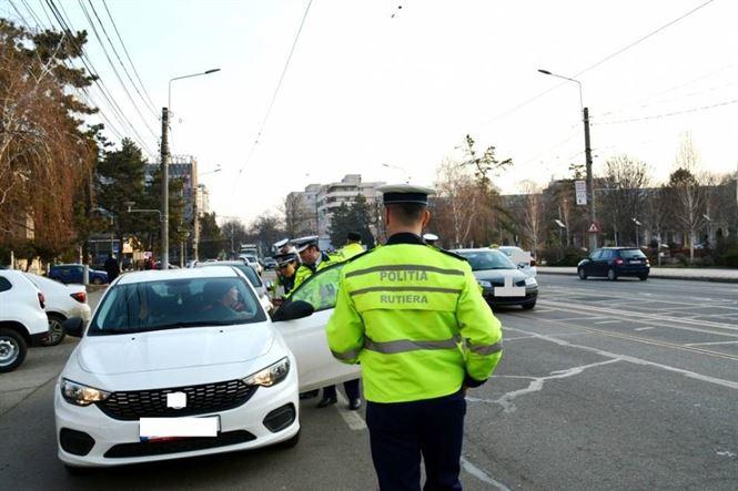 Polițiștii le-au întâmpinat cu flori pe femeile aflate la volan