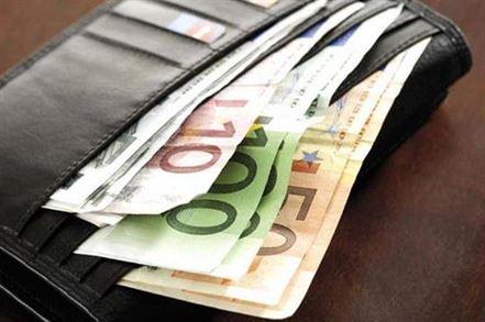 Dosar penal pentru ca au impartit banii dintr-un portofel uitat de o tanara la terasa