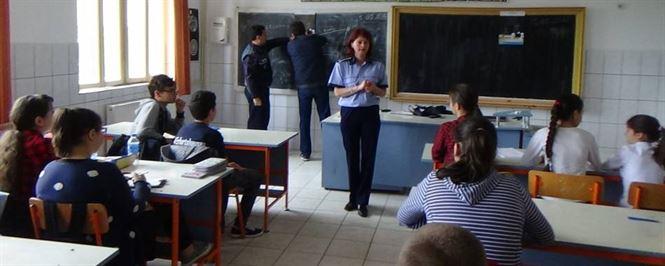 Elevii s-au intalnit cu politistii de proximitate