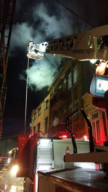 12 familii afectate de incendiul produs aseară pe strada Roșie