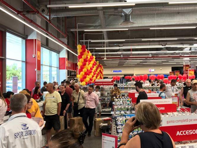 Aglomerație mare la deschiderea magazinului Altex
