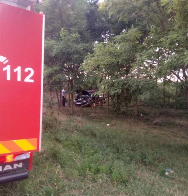 Un tânăr băut a intrat cu mașina într-o pădurice de pe marginea DJ 212