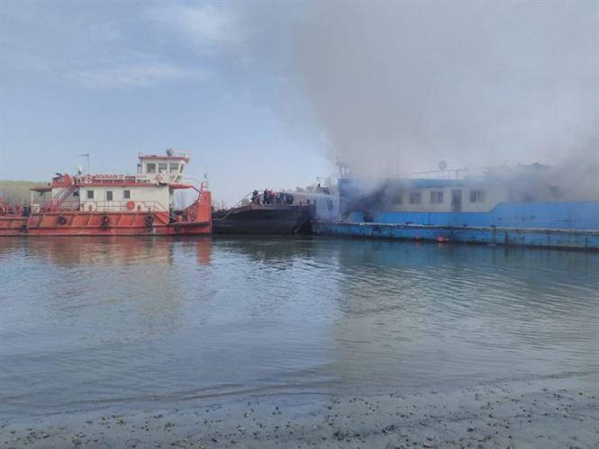 O barjă cu bauxită a luat foc pe Dunăre