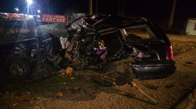 Impact violent între un autoturism condus de un brăilean și un autocar. Cele două persoane din Brăila aflate în autoturism, soț și soție, au murit pe loc