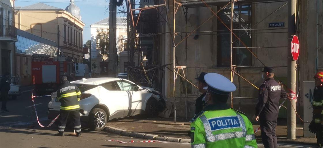 A intrat cu mașina într-o clădire încercând să evite un impact cu un alt autoturism al cărui șofer nu a observat indicatorul STOP