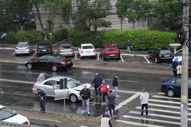 Carosabilul umed și neadaptarea distanței între autovehicule, ingrediente pentru accidente