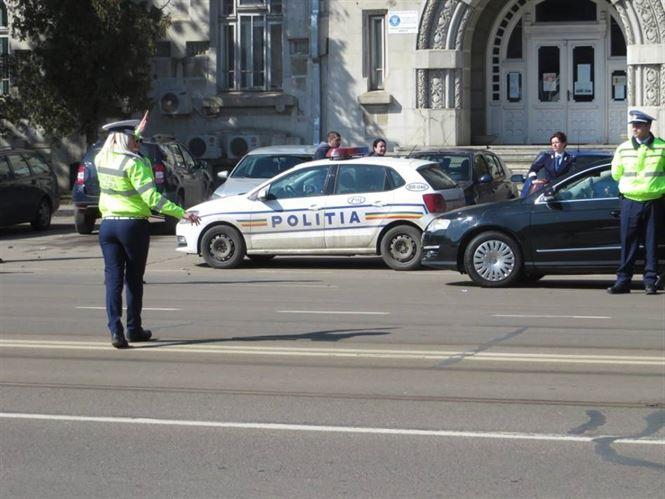 Duminică polițiștii au oprit în trafic şi controlat 80 de autovehicule