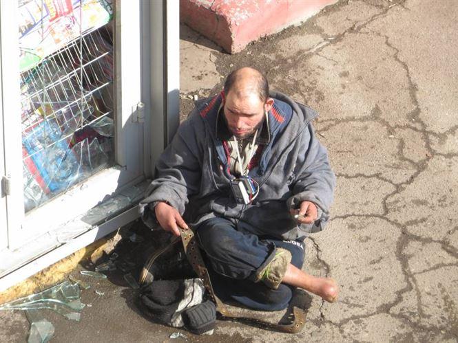 Un barbat cu probleme psihice a spart un geam si s-a mutilat cu cioburile