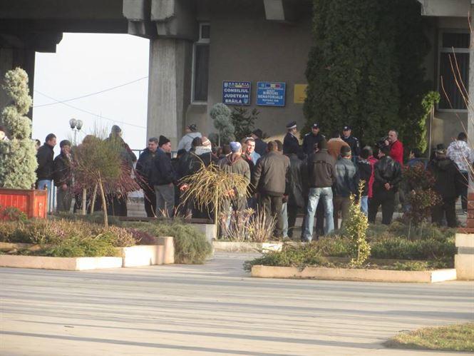 Protest al angajatilor de la Complexul de porci Tichilesti