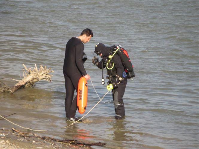 Autoturismul scufundat in Dunare a fost reperat de scafandri. Acum se incearca scoaterea la mal