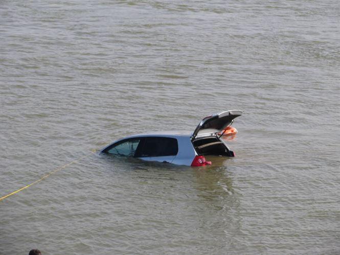 Au venit la pescuit, dar le-a căzut mașina în Dunăre