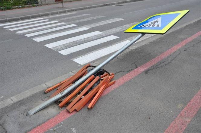 Un sofer din Vadeni, aflat sub influenta alcoolului, a distrus un indicator rutier din centrul Brailei