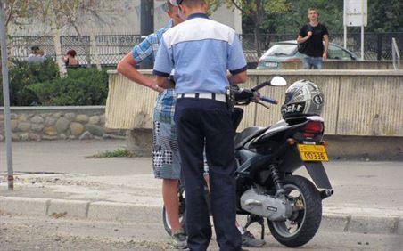 Mopedist baut si fara permis depistat pe drumurile publice