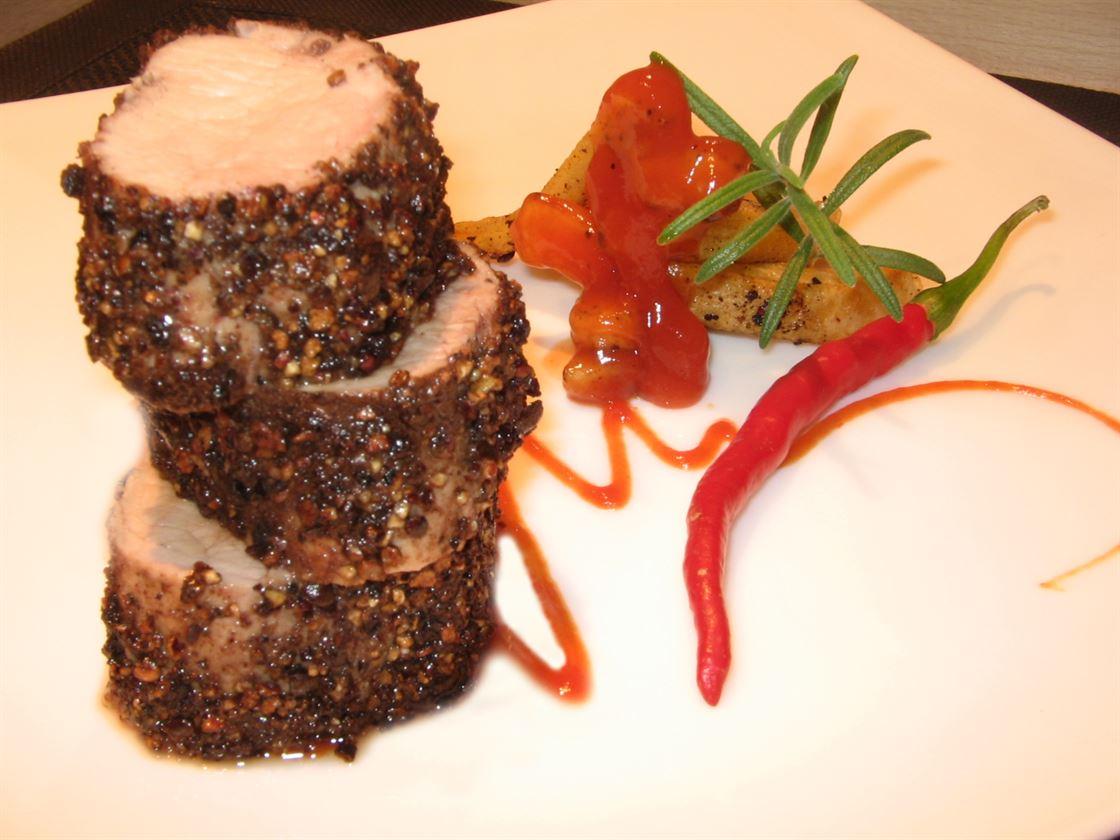 File de porc in crusta de condimente, cu sos barbeque