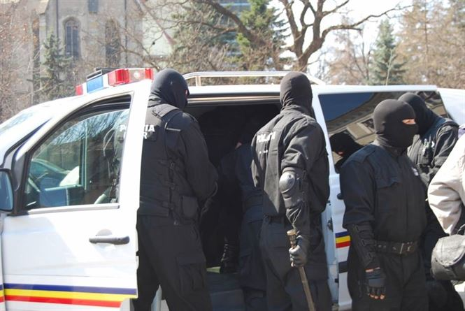 Perchezitii la persoane suspecte de contrabanda cu arme
