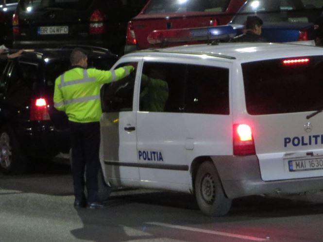 Peste 300 de persoane legitimate pe timpul raziilor efectuate de politisti in weekend
